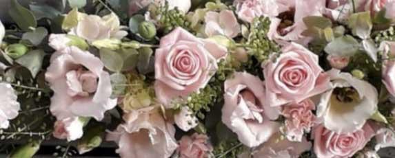 Från nätbutiken kan du köpa t.ex. rosor
